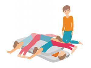 Aquí pondríamos la variante de varias personas encima, este ejercicio serviría tanto para personas, como muñecos, como órganos. Con esta modalidad el paciente se podría quitar carga transgeneracional
